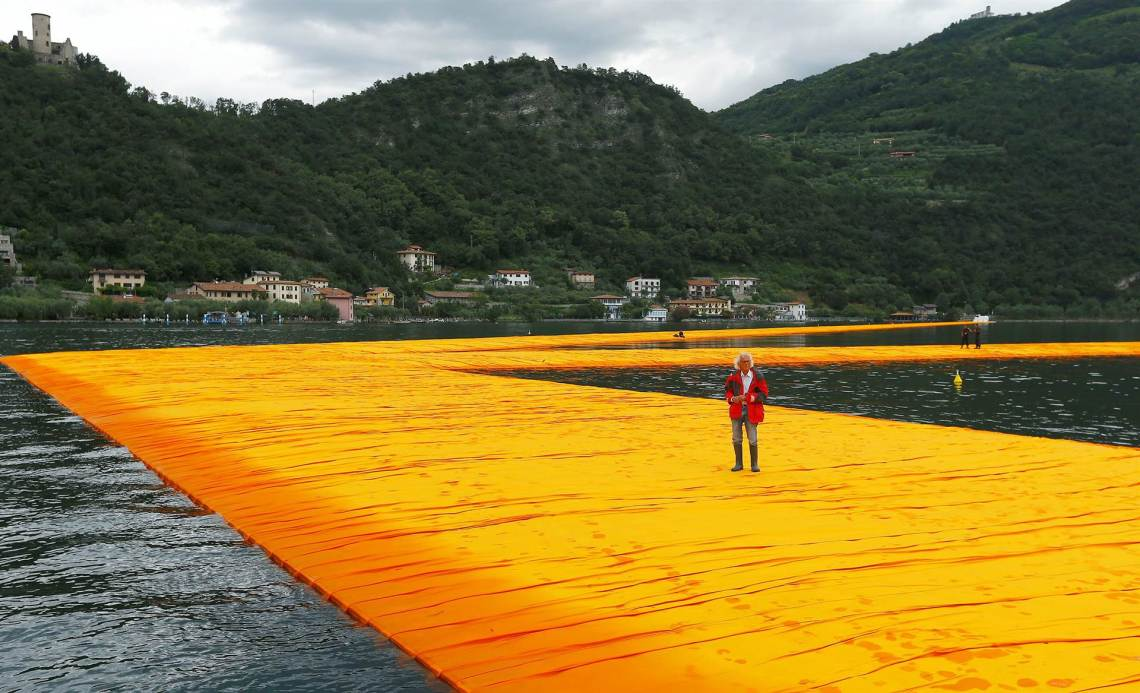 floating-piers-christo-italy-today-160617-12_a55bf535d9b5bc0df4a59e53cfb15678.today-ss-slide-desktop